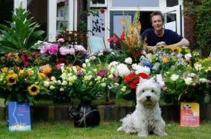 Ook Wooley was blij met de bloemen voor de Gouden en Zilveren Griffel