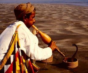 Op het strand bij Karachi zag ik deze slangenbezweerder - hij kreeg ook een rol in het verhaal