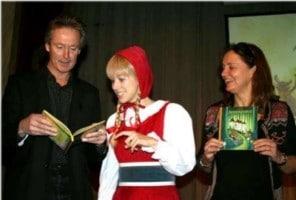 Hans en Monique krijgen de eerste exemplaren van In het sprookjesbos uit handen van Roodkapje in de Efteling.